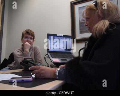 Frauen in Finanz- und Steuerplanung für Altersvorsorge, New York, USA, 26. März 2011 Katharine Andriotis - Stockfoto