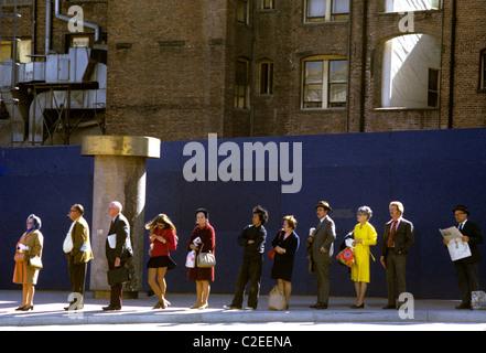 San Francisco, Kalifornien. Pendler warten in der Schlange für Bus am Markt Straße © Bob Kreisel - Stockfoto