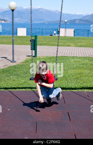 Kind spielt mit swing - Stockfoto