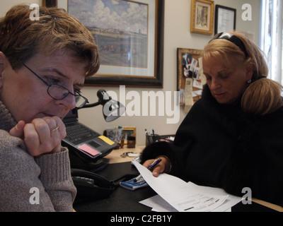 Nachdenkliche Frau, Finanz- und Steuerplanung Beratung, New York, USA, 26. März 2011, © Katharine Andriotis - Stockfoto