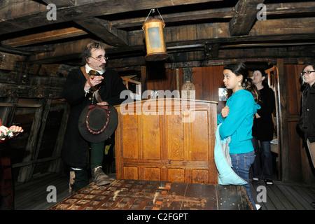 Schauspieler spielen Kapitän John Smith auf Schiff Mayflower II, Plymouth, Massachusetts. - Stockfoto