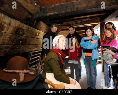 Rolle Spieler Gespräche Besuchern Mayflower II Schiff, eine Nachbildung des Originals, die Europäer nach Plymouth - Stockfoto