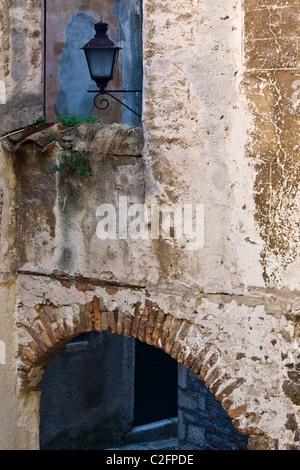 Rustikalen Wand und die Lampe in Rovinj, Istrien, Kroatien - Stockfoto