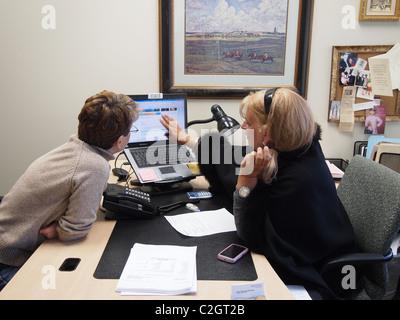 Frauen engagiert in Finanz- und Steuerplanung für Altersvorsorge, New York, USA, 26. März 2011, © Katharine Andriotis - Stockfoto