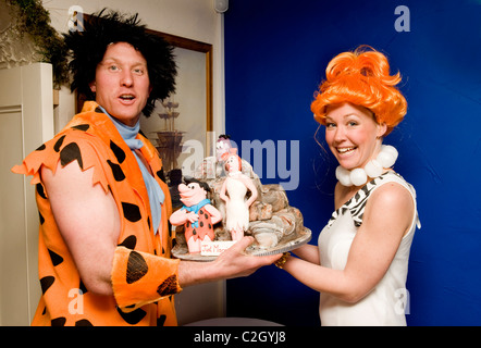 Ed Robinson (34) (Fred) und Gayle Watson (29) (Thelma) in ihre Familie Feuerstein themed Hochzeit in Combe Martin, - Stockfoto