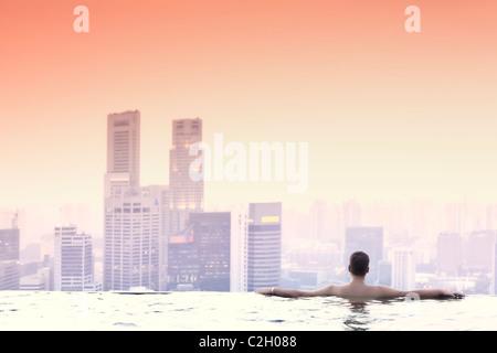Singapur, Schwimmbad und Skyline von Singapur im 57. Stock des Marina Bay Sands Resort (MR) - Stockfoto