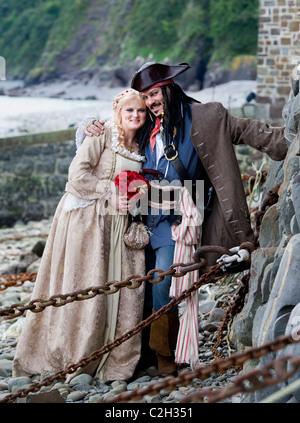 Mik Ashfield und Vikki Ludlow, die mi als Jack Sparrow und Elizabeth Swann von Pirates of the Caribbean in Clovelly, - Stockfoto