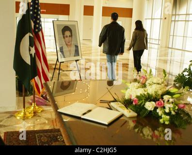 Tribut-Signierstunde, Benazir Bhutto, Premierminister von Pakistan, der am 27. Dezember 2007, nach der Abfahrt ermordet - Stockfoto