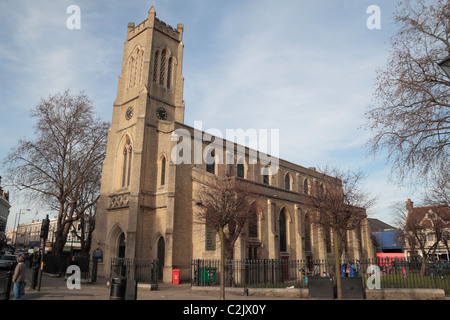 Die Anglikanische St. Johns Fulham Kirche (erbaut 1828) direkt an der Fulham Broadway, West-London, UK. - Stockfoto