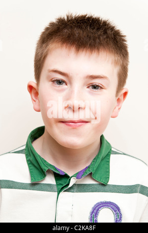 Ein MODEL Release Bild eines elfjährigen Jungen im Innenbereich - Stockfoto