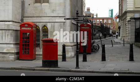 Briefkästen, Telefonzellen und Poller, London. - Stockfoto