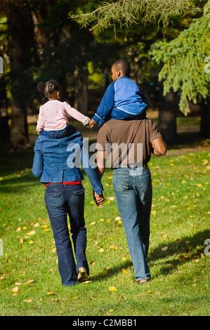 Familie gehen Hand In Hand - Stockfoto