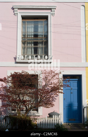 Pastellfarbene Reihenhaus, Kentish Town, London - Stockfoto
