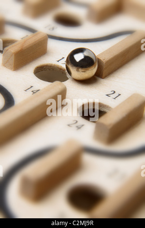 Chrom-Ball zu fallen in eine nummerierte Loch des hölzernen Brettspiels schließen die Box - Stockfoto