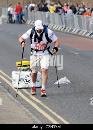 Charity-Marathon-Läufer beim Virgin London Marathon 2011 - Stockfoto