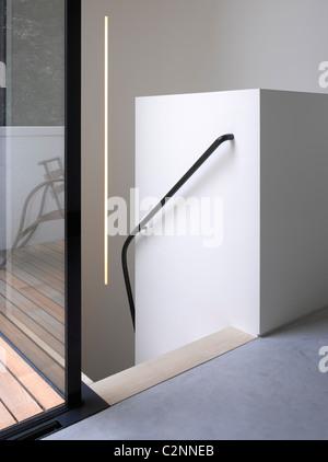Schmale Haus, London. Treppenhaus und Fenster - Stockfoto