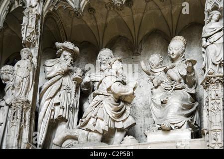 Details der Figuren auf dem Bildschirm der Chor in das Innere der Kathedrale von Notre Dame, Chartres, Frankreich - Stockfoto