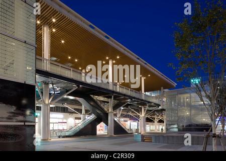 Niigata Station South Square und Fußgänger Deck, Bahnhofsgebäude und Bahnhofsplatz, Luftbild des Quadrats und Parkplatz - Stockfoto