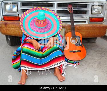 Faul Nickerchen mexikanische Kerl schlafen auf Grunge-Auto mit Gitarre und poncho - Stockfoto