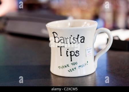 Ein Tipp-Glas in einem Café. - Stockfoto