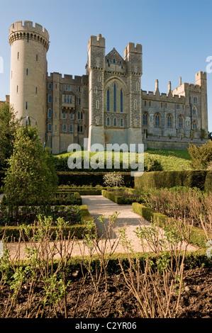 Arundel Castle mit dem Rosengarten im Vordergrund, West Sussex, England, Großbritannien - Stockfoto