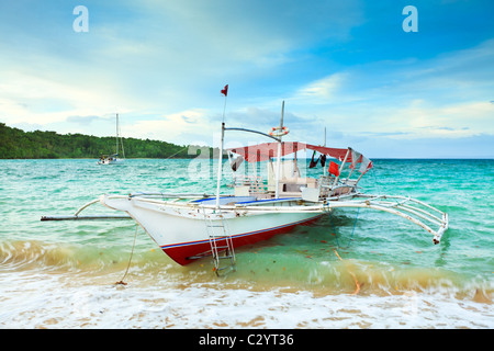 Traditionelle philippinische Boot in der tropischen Lagune - Stockfoto