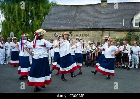 Englands Tänzer Glory Damen Morris tanzende Display im Kings Head Pub in Bledington, Oxfordshire, Vereinigtes Königreich - Stockfoto