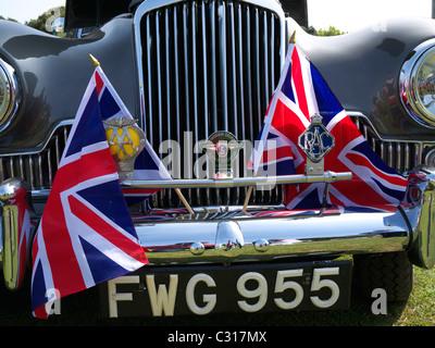 Vorne ein Sunbeam-Talbot mit Union Jack Fahnen bei einer Oldtimer-Show Oldenburg North Somerset UK - Stockfoto
