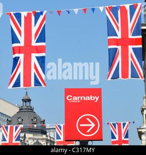 Carnaby Street London Zeichen und Union Jack-Flaggen - Stockfoto