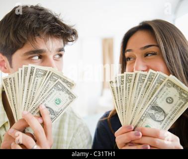 Paar Holding Handvoll Geld Stockfoto