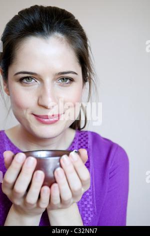 Frauen trinken Kräutertee