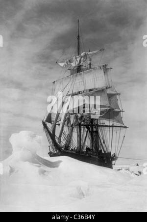 """Robert Falcon Scotts Schiff """"Terra Nova"""" stecken in schweren Packeis in der Antarktis während der Terra-Nova-Expedition - Stockfoto"""