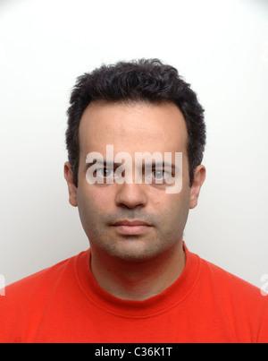 Porträt von Ernst aussehender Mann - Stockfoto