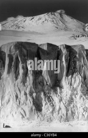 Vintage Foto des Mount Erebus + höchstgelegener Gletscher in der Antarktis während Robert Falcon Scotts Terra-Nova - Stockfoto