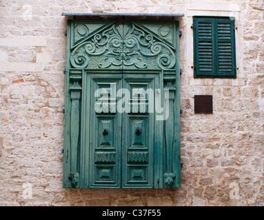 Tür in der Luft auf der Rückseite der Kathedrale St. Jakobs, Sibenik, Kroatien - Stockfoto