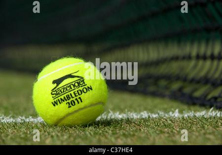 Wimbledon 2011 Slazenger Tennisball sitzt auf einem Rasenplatz während Wimbledon Tennis Championships - Stockfoto