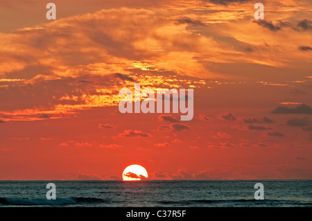 Ein buntes Sonnenuntergang gesehen von Waikiki Beach, Honolulu, Hawaii. - Stockfoto