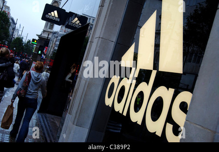 Der Adidas Store auf der Oxford Street, London. - Stockfoto