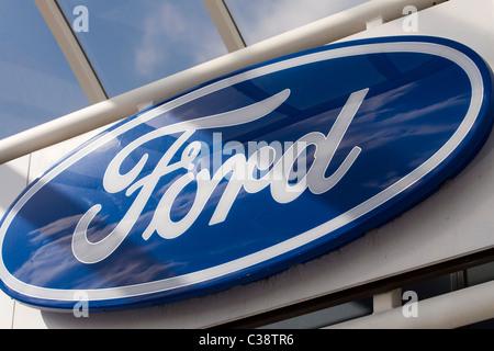 Ford Zeichen bei einem Händler in Cambridge - Stockfoto
