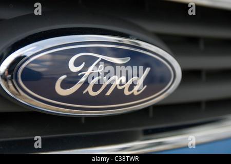 Das Ford-Unternehmen-Emblem, das jeden Ford motor Auto schmückt - Stockfoto