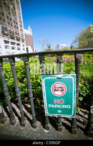 Kein Parkplatz Zeichen in Brooklyn Borough Hal Park am Sonntag, 1. Mai 2011 in New York. (© Richard B. Levine) - Stockfoto