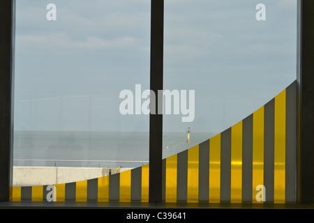 Anleihen und Multiplikation der Landschaft von Daniel Buren an der Turner Contemporary Galerie in Margate. - Stockfoto