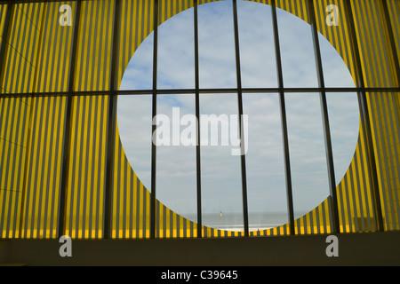Anleihen und Multiplikation der Landschaft von Daniel Buren an der Turner Contemporary Galerie im Küstenort Margate, - Stockfoto