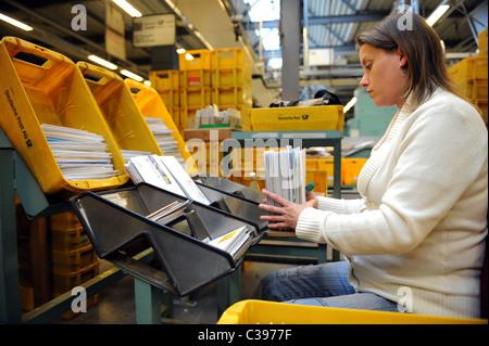Eine Frau, die Sortierung der Briefe in einem Post Sortierzentrum, Berlin, Deutschland