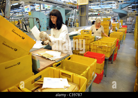 Frauen sortieren Briefe in einem Post Sortierzentrum, Berlin, Deutschland - Stockfoto