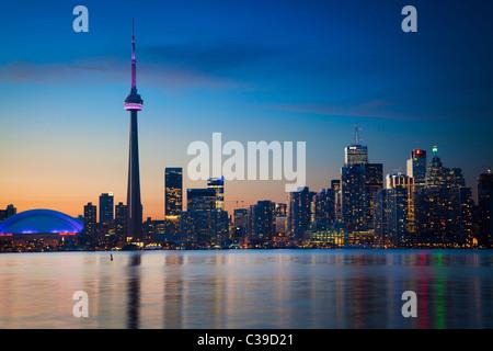 Die Innenstadt von Toronto Skyline, einschließlich der CN Tower und Rogers Center, wie in den frühen Abendstunden - Stockfoto