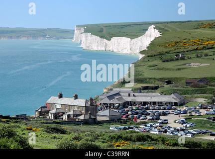 Birling Gap, zwischen den sieben Schwestern Klippen (Hintergrund) und Beachy Head, East Sussex. Teil des South Downs - Stockfoto