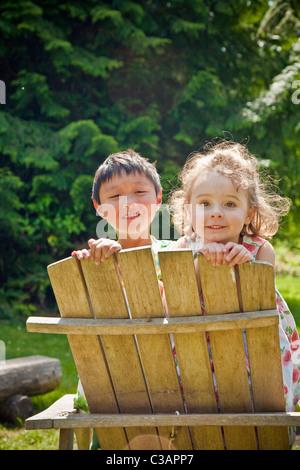 jungen und Mädchen auf der Suche über Rückenlehne - Stockfoto