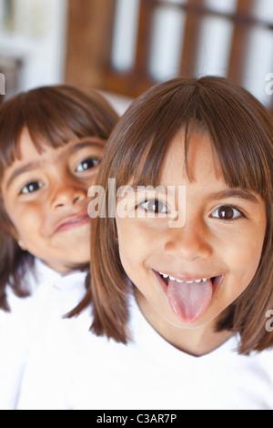Porträt von zwei junge Mädchen lächelnd - Stockfoto