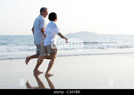 Gerne älteres Paar am Strand - Stockfoto